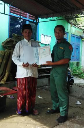 Penyerahan Akta Kematian Program Aksi Simpati di Nglebeng RT 002