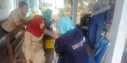Pengecekan Kesehatan dari Dokter dan Mahasiswa UII Fakultas Kedokteran di Balai Desa Tamanan