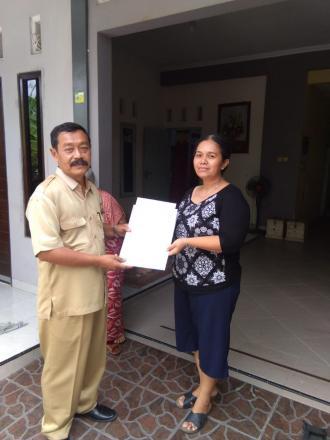 Penyerahan Akta Kematian Kepada Ahli Waris Almarhum Somo Hardjono di Rejokusuman RT 03