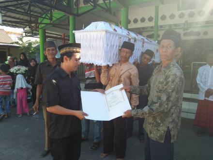 Penyerahan Akta Kematian Program Aksi Simpati Di Grojogan RT 002